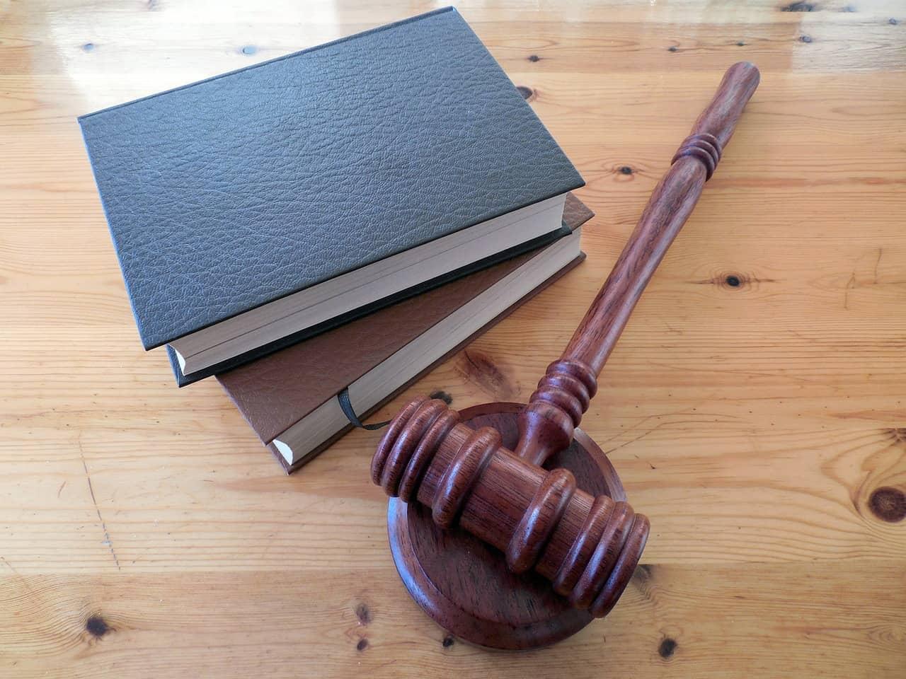 כלי משפט וספרים