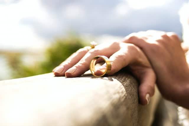 זוג מוריד את הטבעות כהמחשה לגירושין