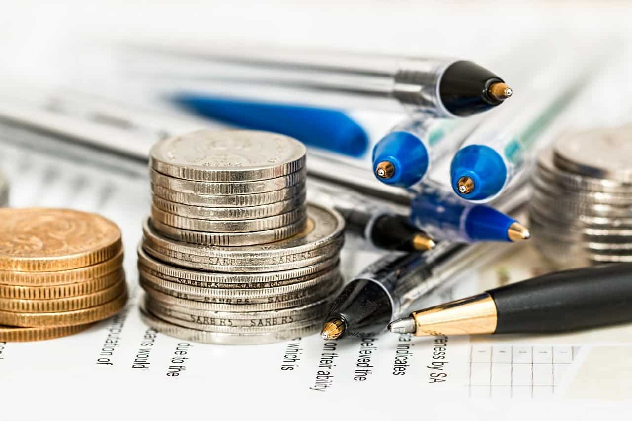 ערימה של עטים ומטבעות