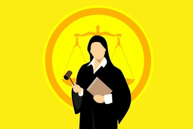 עורכת דין על רקע צהוב