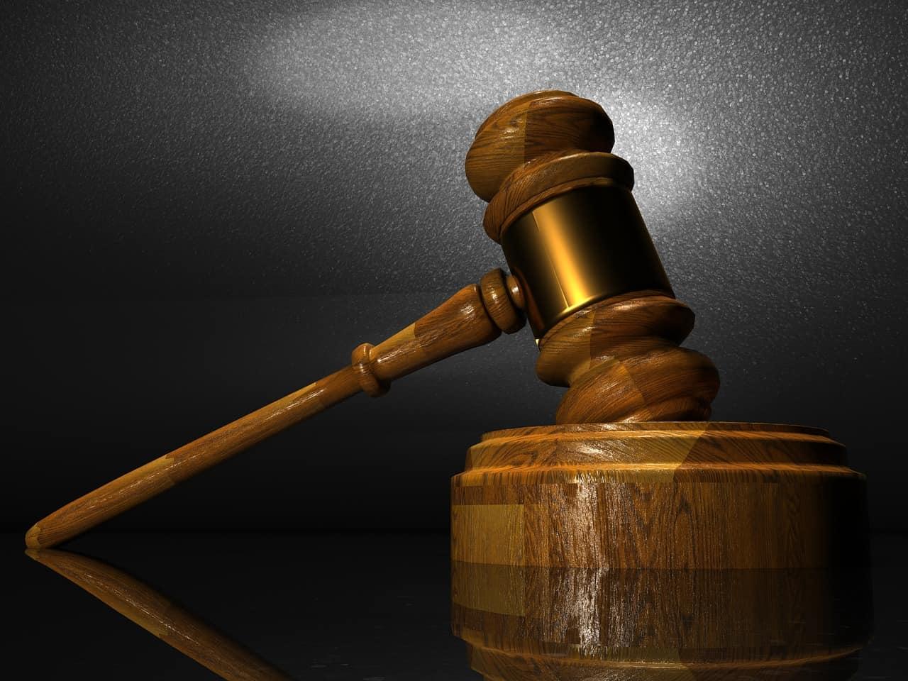 פטיש משפטי חום זהב