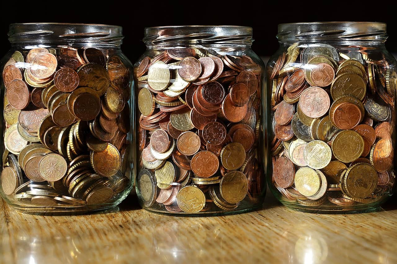 מטבעות בשלוש צנצנות
