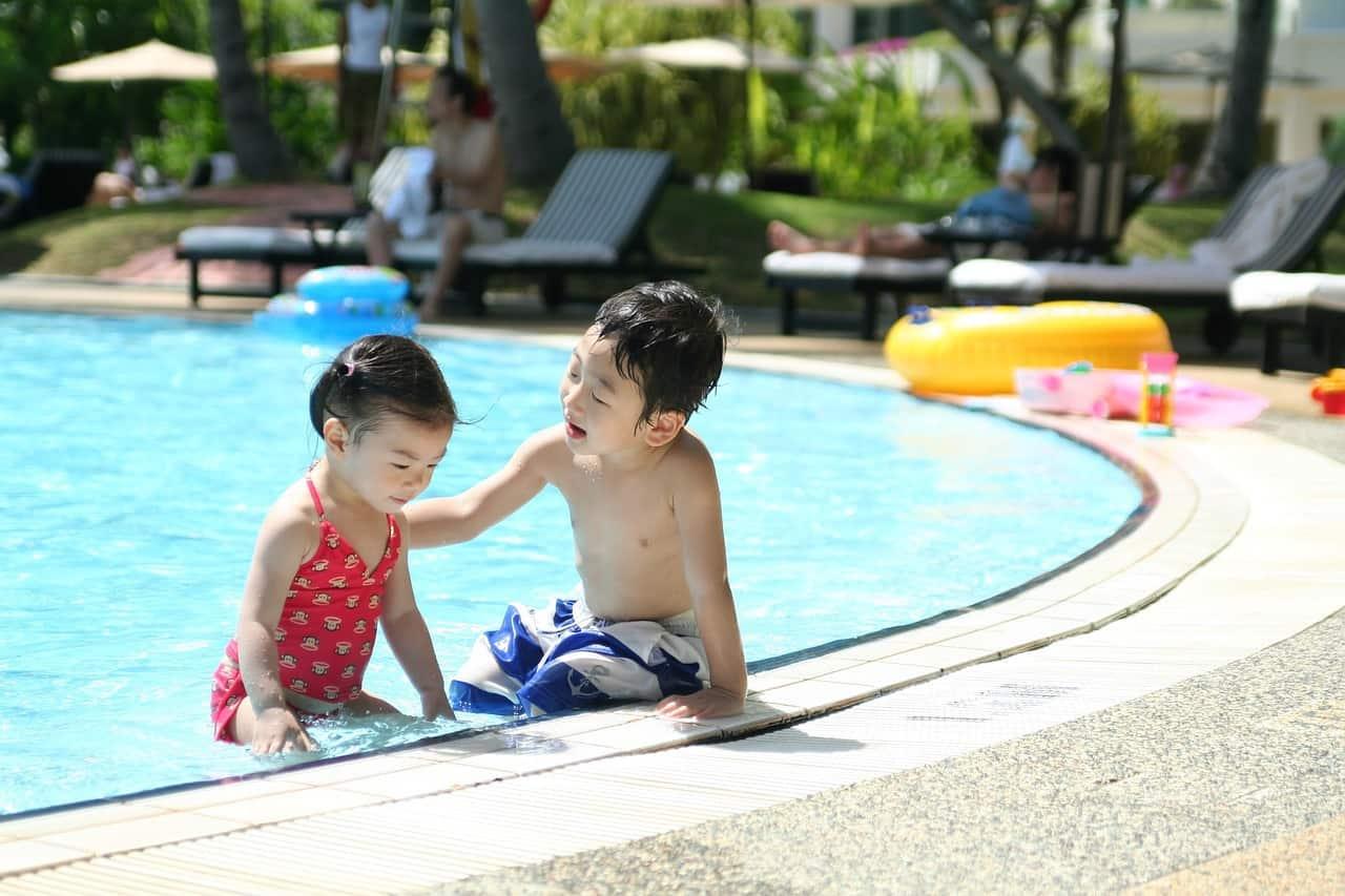 ילדים בבריכה