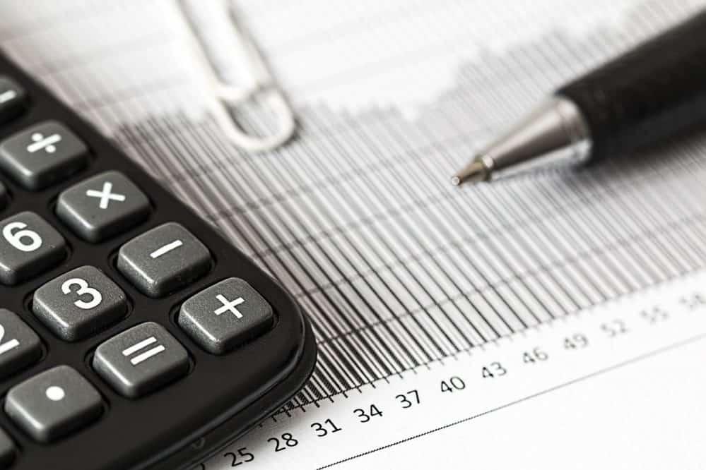 מחשבון, עט ומחברת במשרד עורך דין מיסים