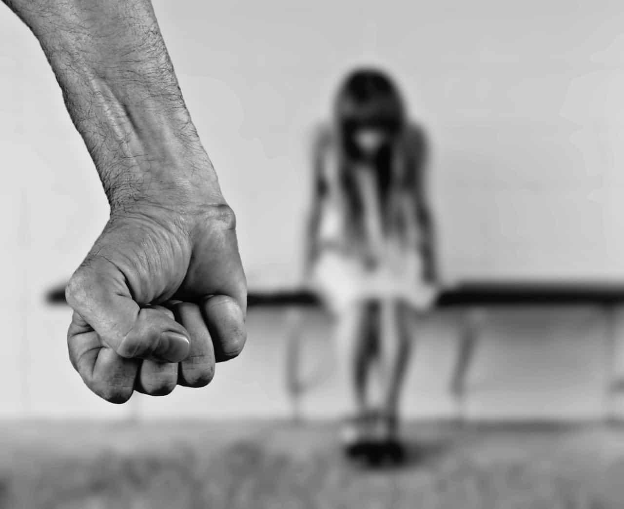 אגרוף וילדה פגועה